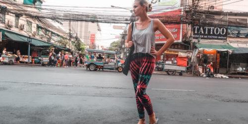 Frau in Bangkok am Anfang ihrer Thailand Reiseroute