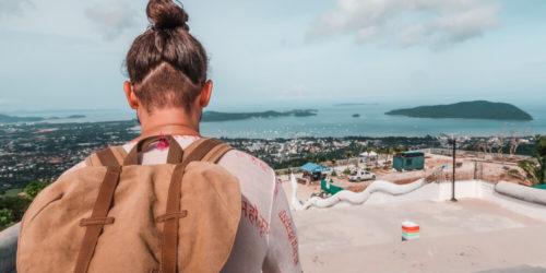 Mann in Phuket am Ende seiner Thailand Reiseroute