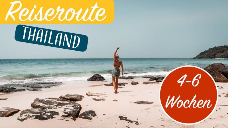 Frau am Strand glücklich mit ihrer Thailand Reiseroute